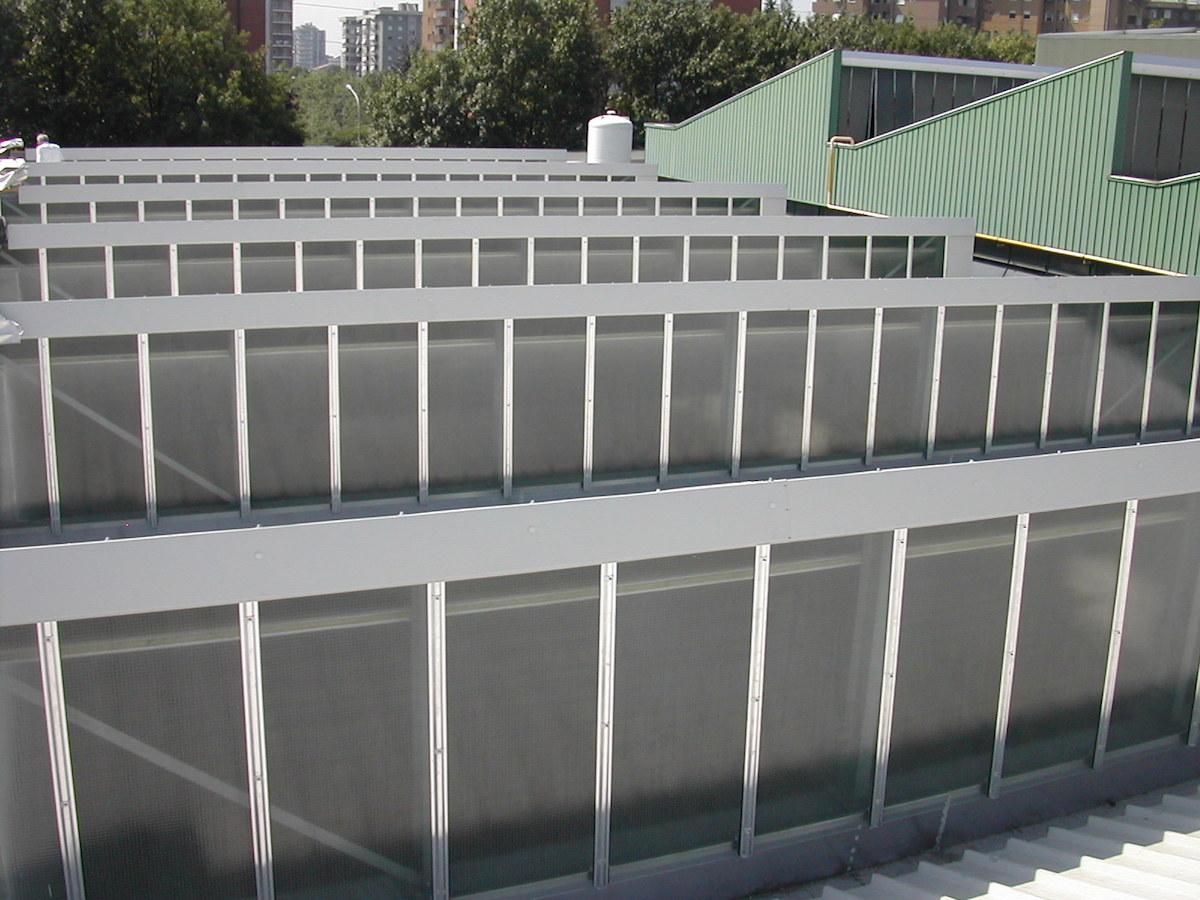 Salone industriale in struttura metallica con tetto a shed. Orientamento a sud delle falde particolarmente adatto per l'installazione di pannelli fotovoltaici