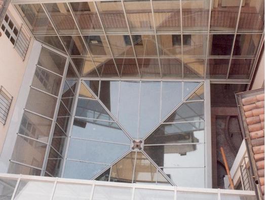 Lucernario avente struttura con porta vetri e copertura a vetri stratificati