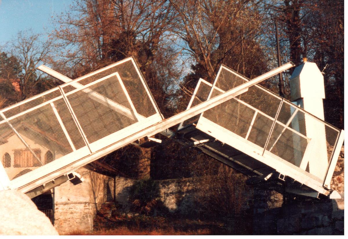 Ponte levatoio con movimentazione elettromeccanica.