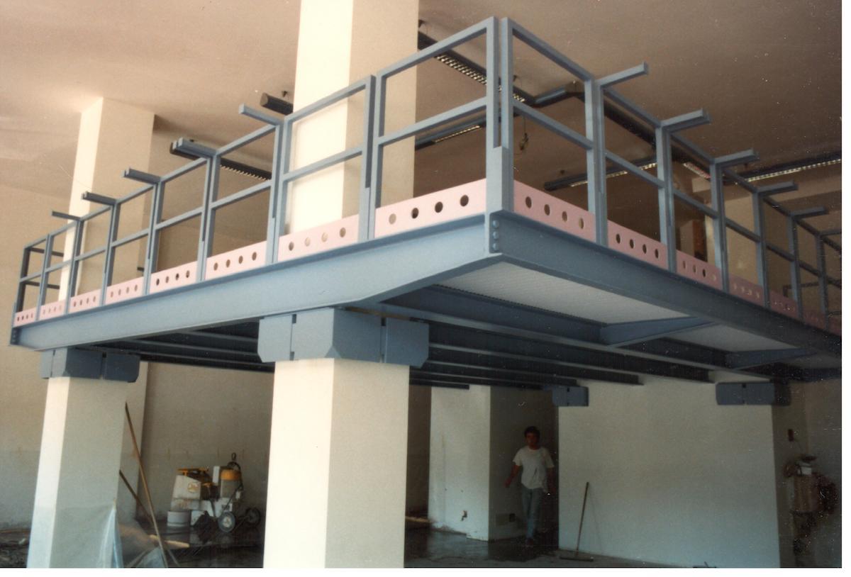 Soppalco in struttura metallica inserito in un negozio