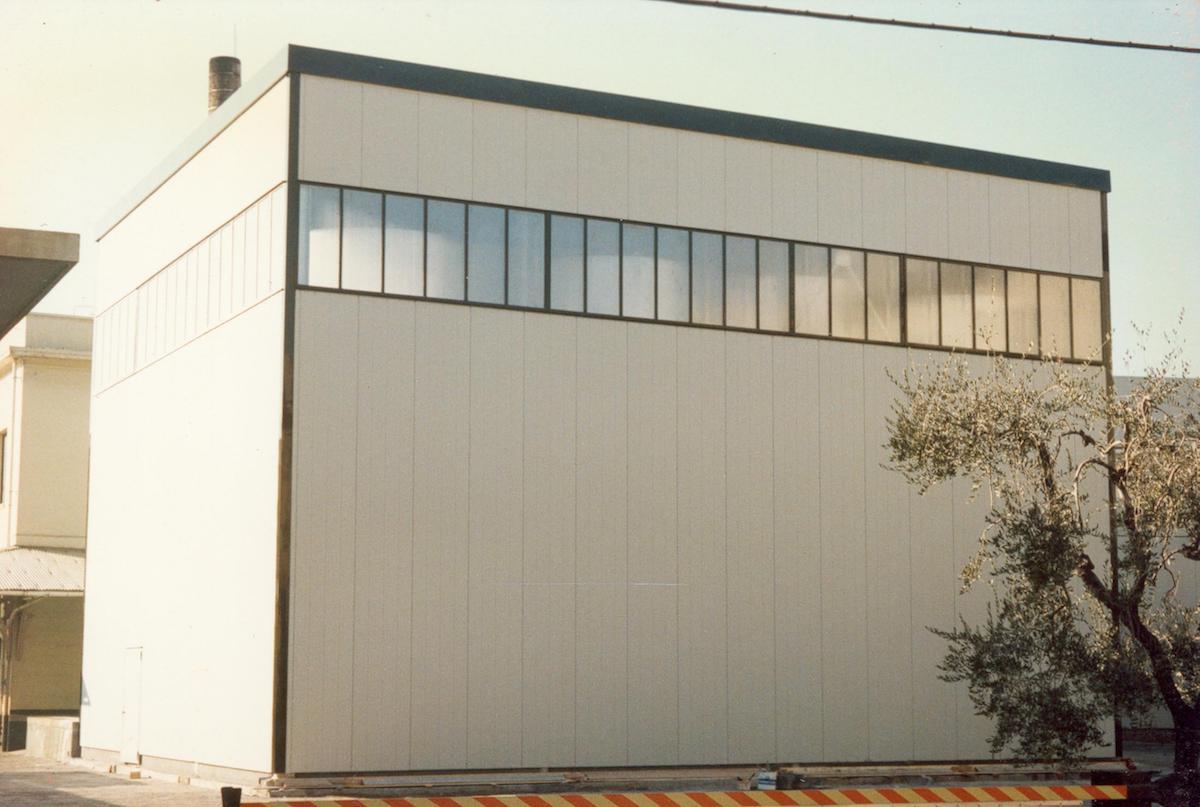 Salone industriale dalla fase di costruzione all'opera realizzata.
