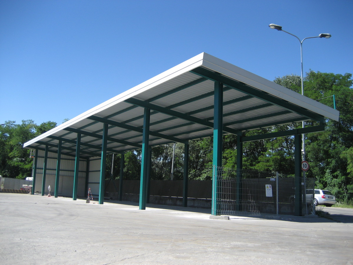 Tettoia con struttura a portale e copertura in pannelli coibentati