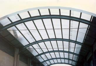 Tettoia in acciaio con travi a parete piena e copertura in traslucido