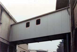 Tunnel di collegamento tra edifici in struttura zincata rivestita con pannelli in doppia lamiera zincata coibentata