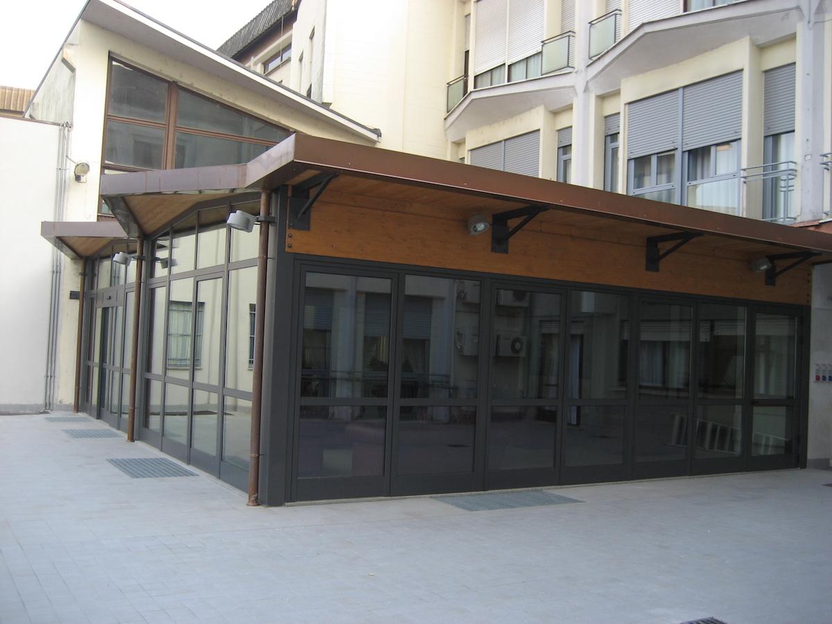 veranda-per-edificio-in-struttura-metallica-e-legno-lamellare-veduta-esterna-villa-angelo-sacif-novara