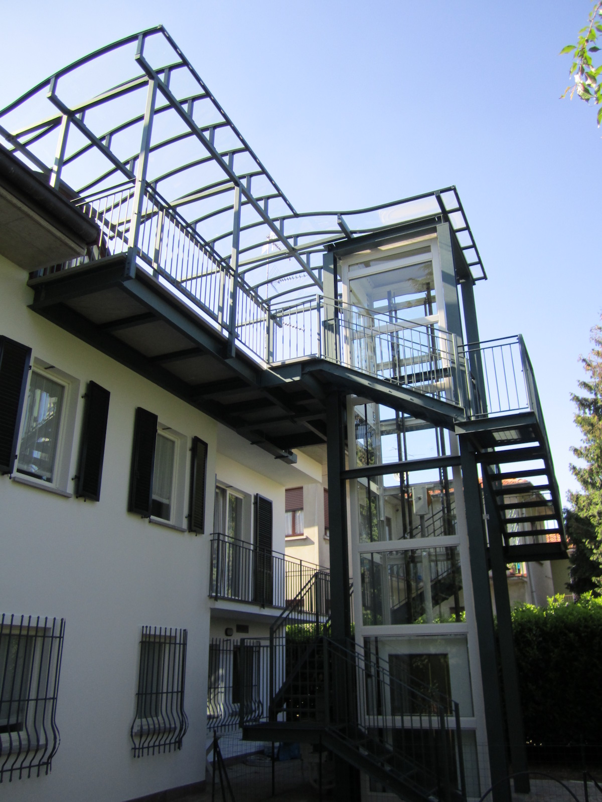 Scala per esterni con struttura in ferro e vano ascensore