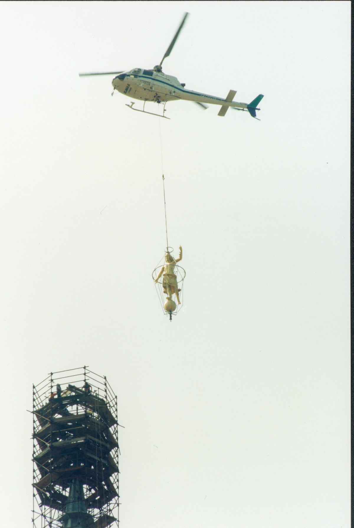 Posizionamento Statua del Salvatore sulla cupola di San Gaudenzio a Novara mediante elicottero