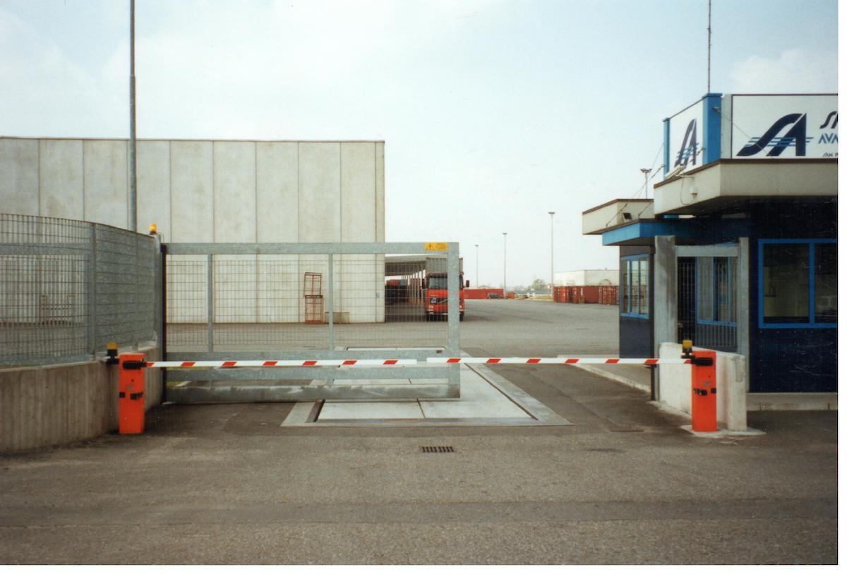 barriera-elettrocomandata-abbinata-a-cancello-scorrevole-a-sbalzo-senza-rotaia-a-pavimento-villa-angelo-sacif