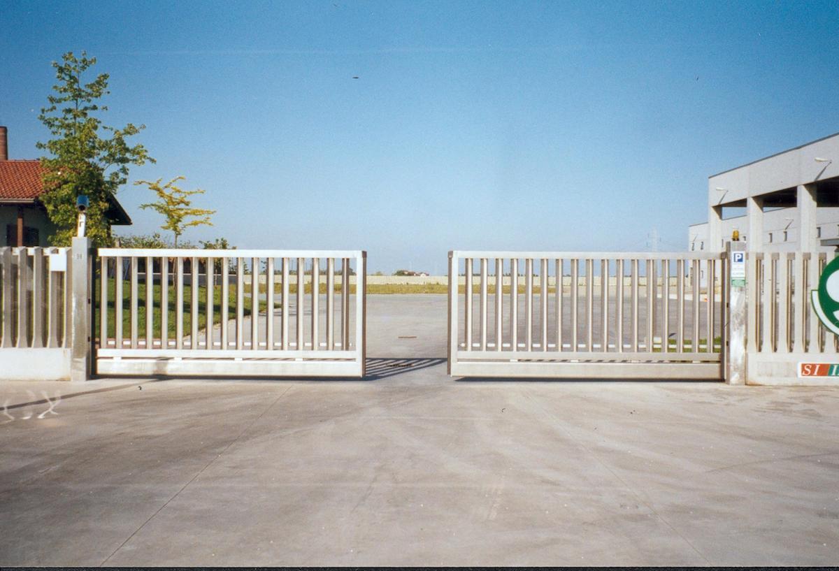 Cancello A Due Ante Battenti.Cancelli Elettrocomandati Senza Guide A Terra Luce Sino A 20 Metri